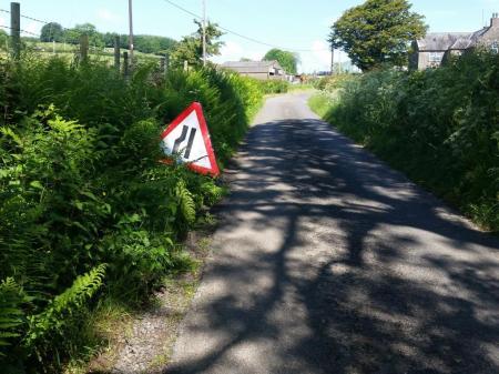 road narrowing sign